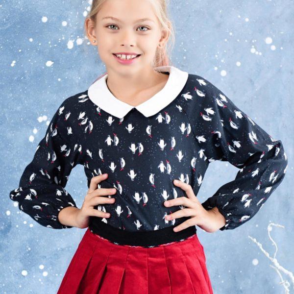 Blouse spéciale fêtes de Noël noir avec imprimé pingouin blanc et rouge, col Claudine blanc, manches élastiques aux poignets. Mode fille de la marque Française en commerce équitable LA FAUTE A VOLTAIRE