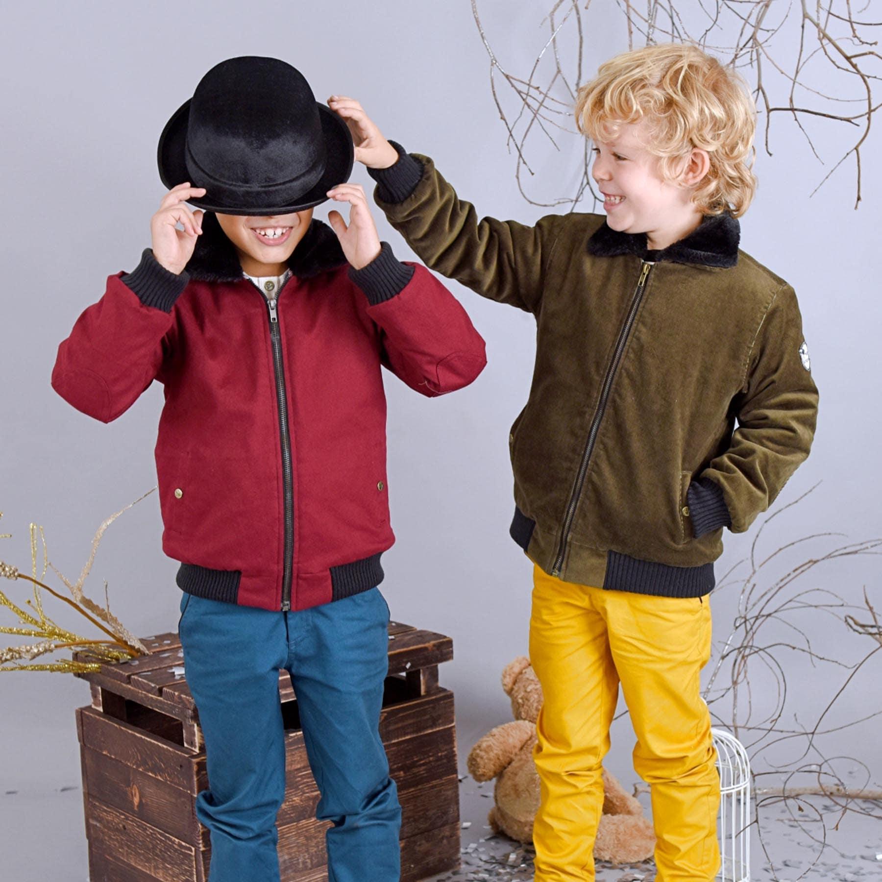 Blouson aviateur intersaison en velours kaki, avec poches, fermeture éclair et doublure en fausse fourrure noire pour garçons de 2 à 12 ans. La Faute à Voltaire, marque créateur française pour enfants en commerce équitable.
