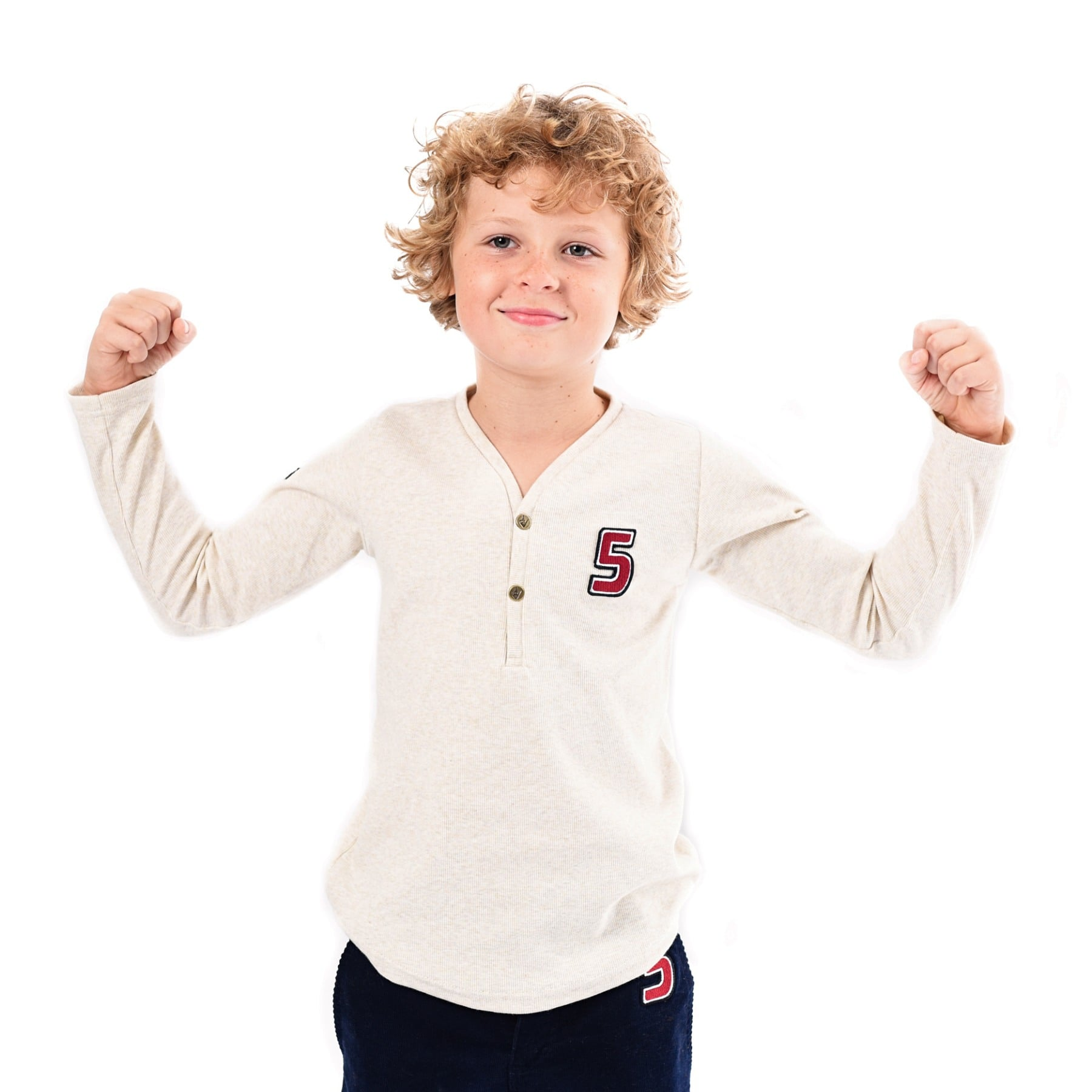 tee-shirt manches longues en coton jersey beige, col V avec boutons et écusson pour garçon de 2 à 12 ans