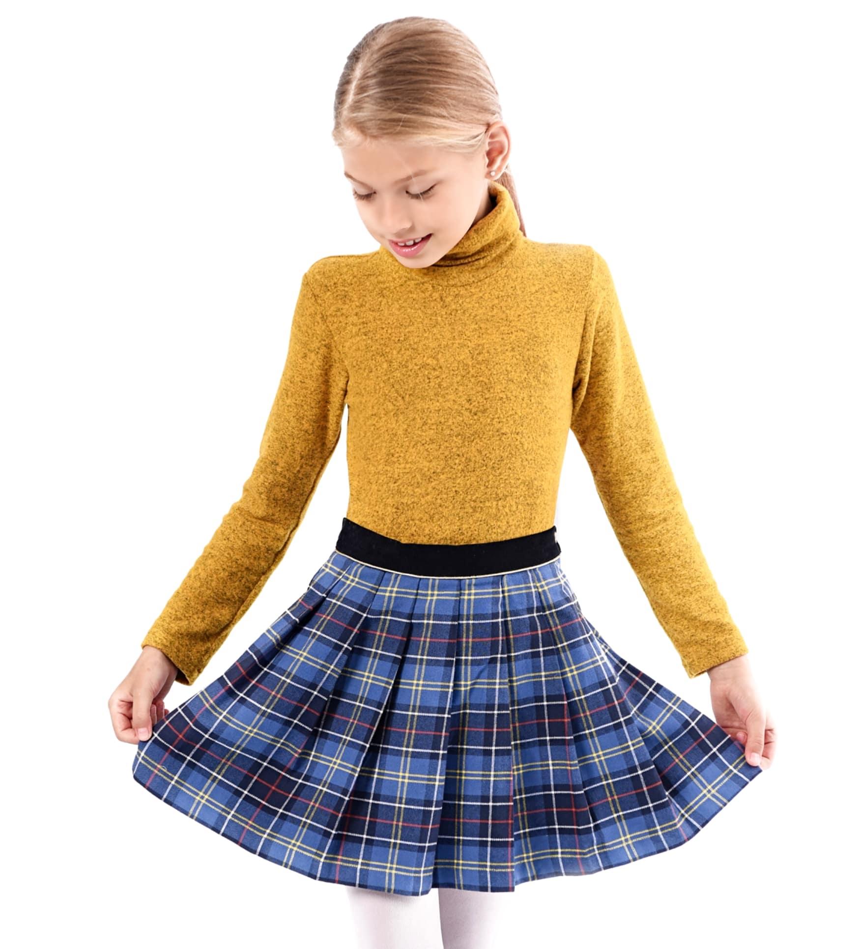 Jupe écossaise plissée à carreaux tartan bleu roi et fils jaune et rouge pour petites filles et ados de 2 à 14 ans. Ceinture en velours noir et biais contrasté sous la ceinture doré. Ouverture sur le côté avec bouton pression et fermeture éclair. Marque créateur française LA FAUTE A VOLTAIRE