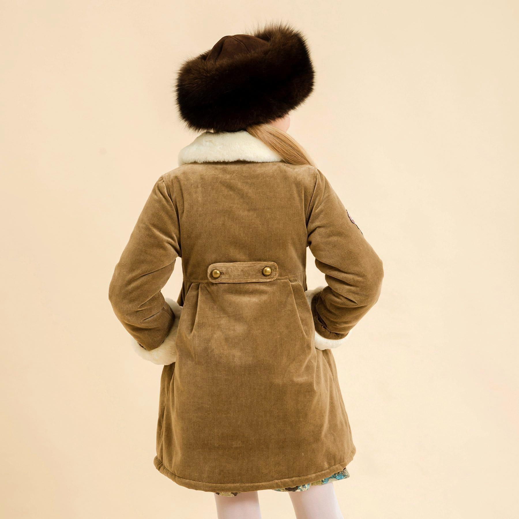 Manteau long matelassé en velours milleraies beige marron glacé avec fermeture à boutons ronds et fausse fourrure au col et aux manches pour filles de 2 à 14 ans
