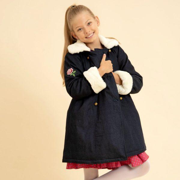 manteau en jean denim bleu foncé avec col et manche longueur ajustable en fausse fourrure beige. Marque Française en commerce équitable mode enfant de 2 à 16 ans