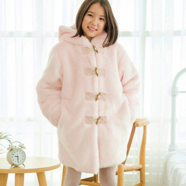 Manteau duffle-coat oversize en fausse fourrure rose pâle et grosse capuche de la marque de mode pour enfant rétro-chic en commerce équitable LA FAUTE A VOLTAIRE