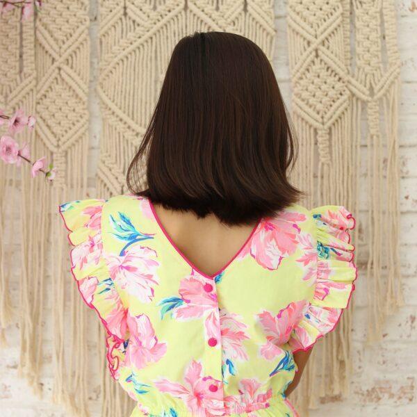 Robe d'été jaune à imprimés fleurs roses hawaïennes à manches volants avec noeud rose à la taille et dos avec col V pour filles de 2 à 14 ans