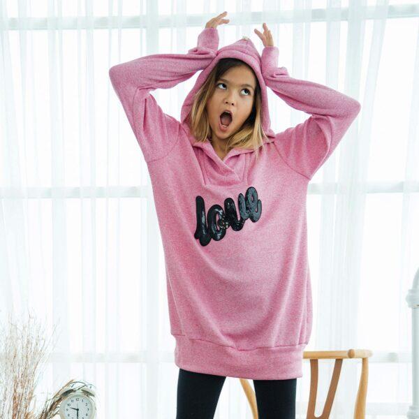 """Robe pull sweat-shirt en mailles rose chiné, à message sequins noir écrit """"love"""" et à capuche pour petites filles de 2 à 14 ans. La Faute à Voltaire, marque française pour enfants en commerce équitable."""
