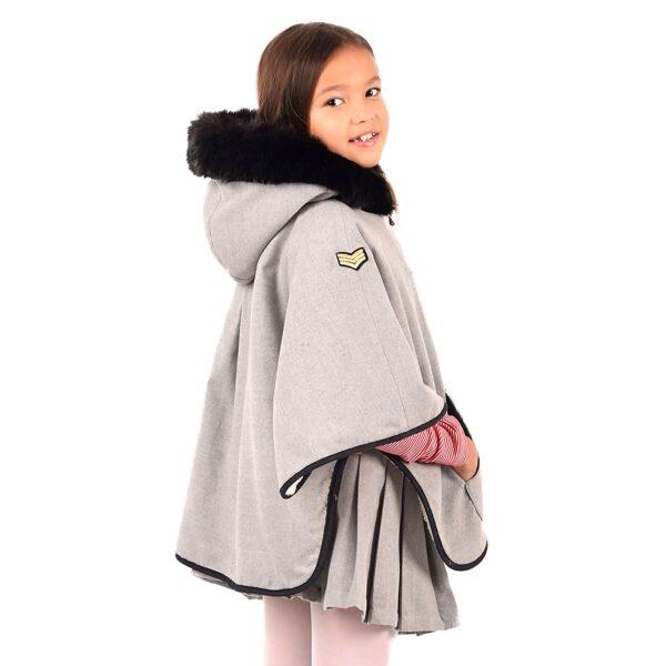 cape poncho hiver fille en laine grise et capuche bordée de fausse fourrure noir avec écusson brodé fleur rose, doublure en fausse fourrure mouton beige, de la marque de mode retro chic en commerce équitable LA FAUTE A VOLTAIRE