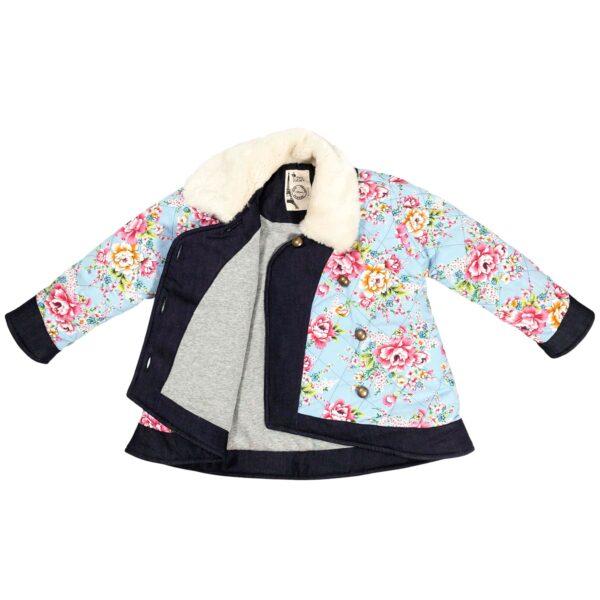 manteau hiver fille matelassé en coton asiatique fleuri bleu turquoise et rose fuchsia avec fermeture croisée style kimono, col Claudine en fausse fourrure beige, doublure en jersey gris souris de la marque pour enfant LA FAUTE A VOLTAIRE