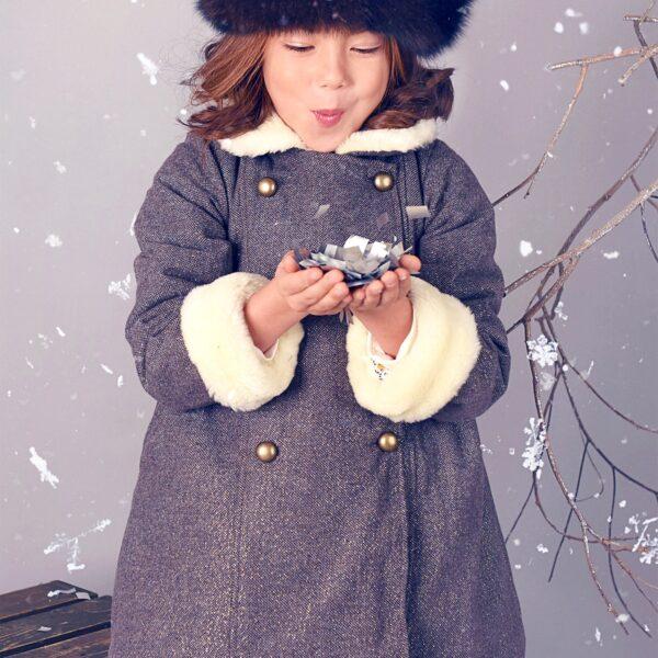manteau en laine tweed marron avec fils dorés, col et poignets réversibles en fausse fourrure. Collection mode hiver de la marque de mode pour enfant en commerce équitable LA FAUTE A VOLTAIRE