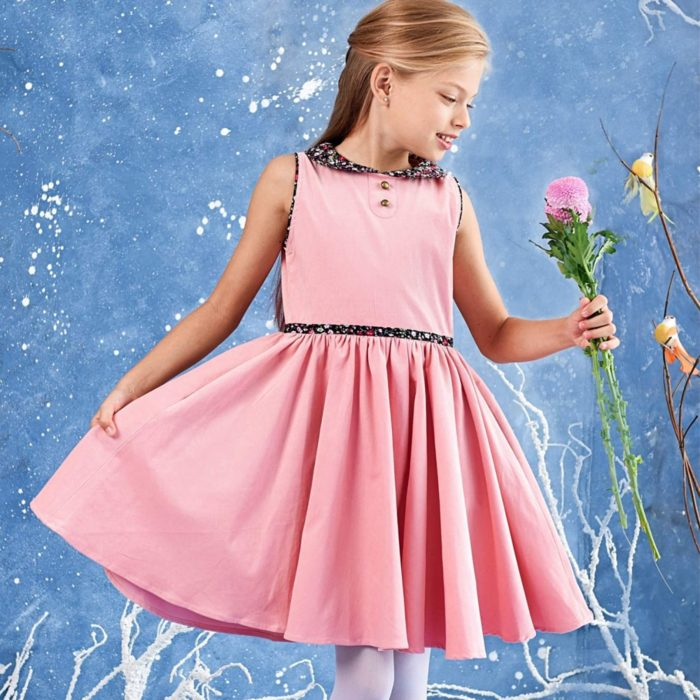 Robe qui tourne sans manchesen velours rose pâle et col Claudine fleuri liberty noir et rose de la marque créateur pour enfant LA FAUTE A VOLTAIRE