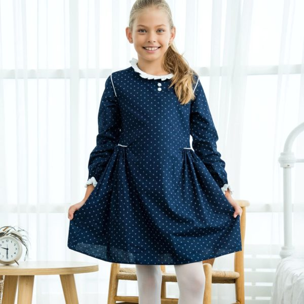 Robe uniforme scolaire bleu marine à petites fleurs blanches, manches avec élastique aux poignets et col froufrous blancs de la marque de mode pour enfant LA FAUTE A VOLTAIRE