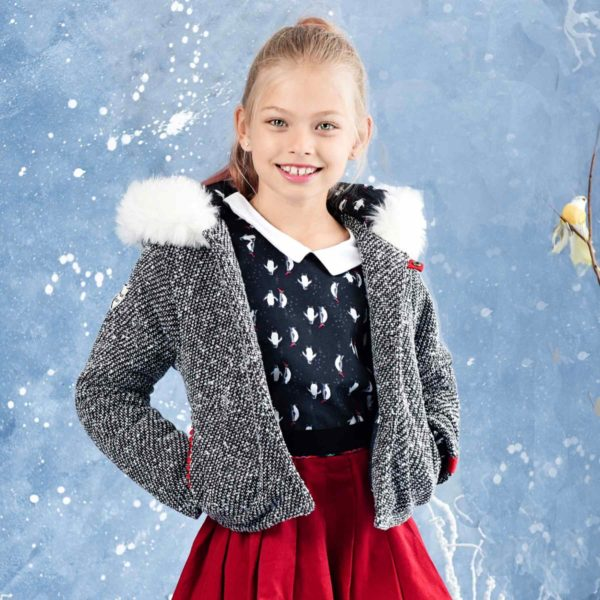 veste courte intersaison en laine tweed noir et blanc avec capuche bordée de fausse fourrure blanche, poches et fermeture bordée de détail rouge. Marque pour enfant en commerce équitable LA FAUTE A VOLTAIRE
