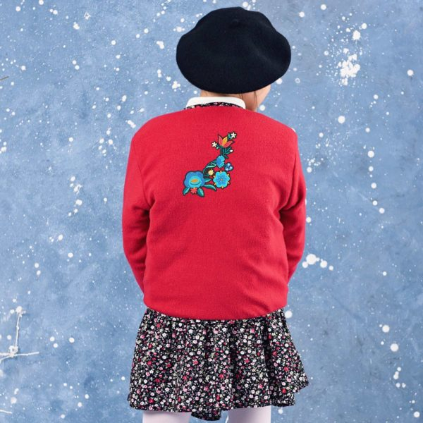 veste en molleton rouge réversible fleurs liberty noir et rose rouge avec un écusson floral multicolore dans le dos. Veste hiver pour petites filles de 2 à 12 ans de la marque française en commerce équitable LA FAUTE A VOLTAIRE