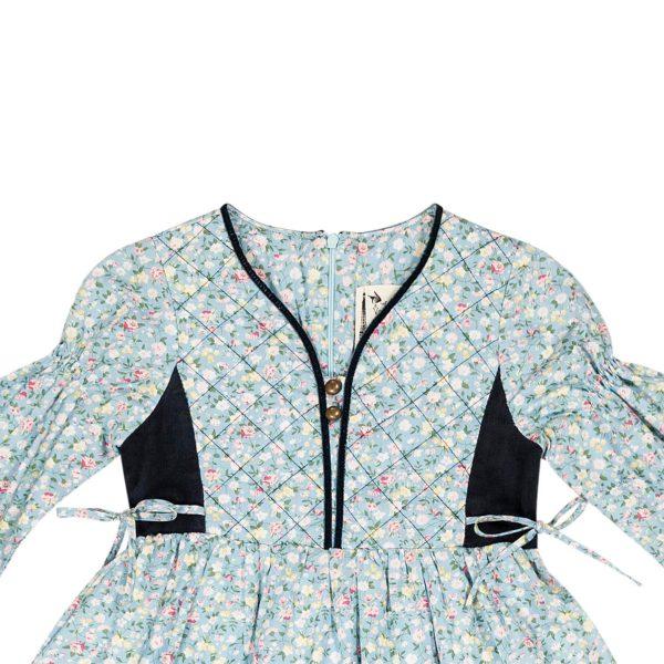 Robe hiver fille bi-matière en coton bleu ciel fleuri liberty rose et jaune avec velours bleu marine, plastron avant matelassé et ruban bleu marine pour filles de 2 à 14 ans. La Faute à Voltaire, marque française pour enfants en commerce équitable.