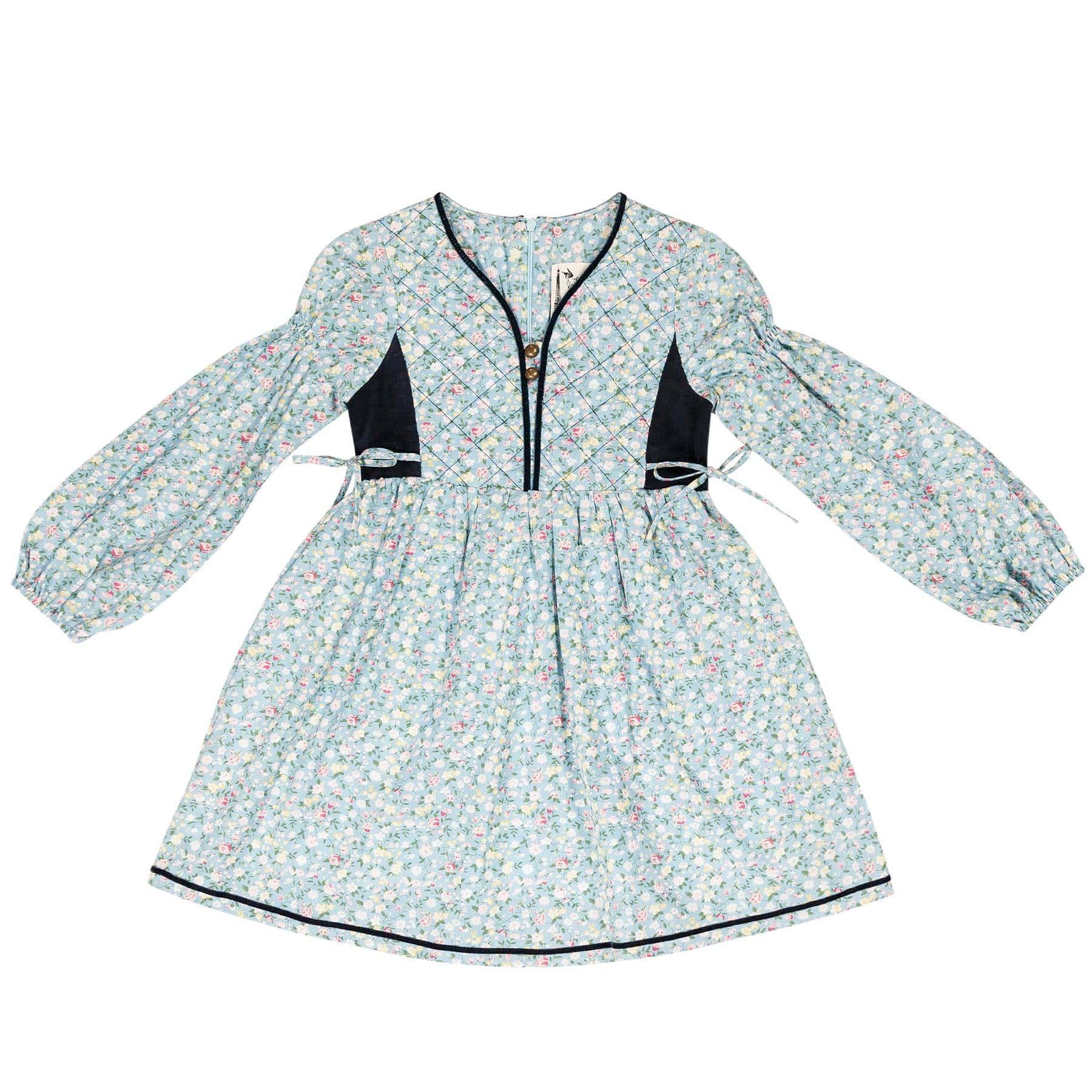 Robe matelassée en coton fleuri liberty bleu clair avec col tunisien bordé de velours bleu marine et manches ballon pour filles de 2 à 14 ans