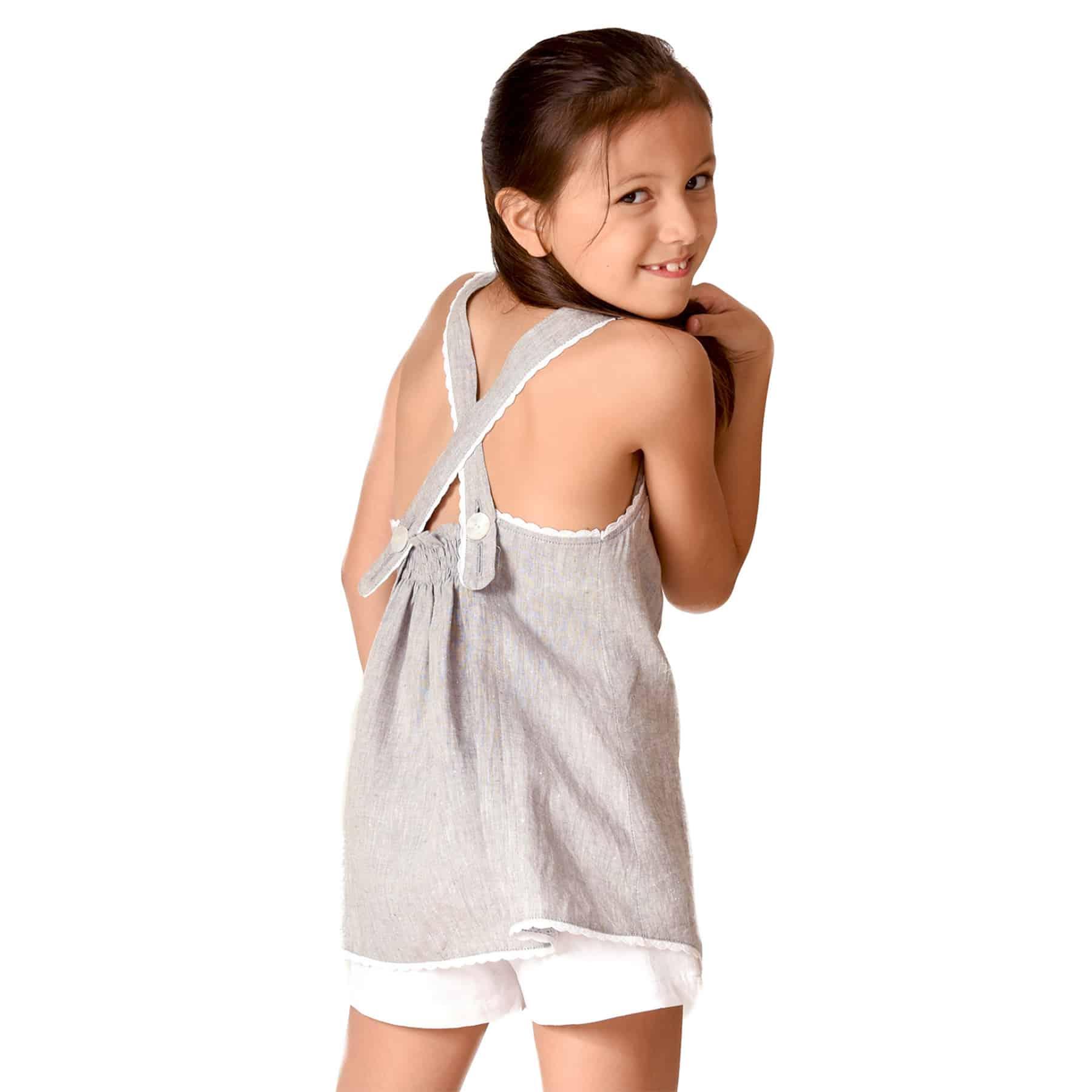 Blouse d'été en lin gris souris bordé de fine dentelle blanche avec bretelles croisées dans le dos pour filles de 2 à 14 ans
