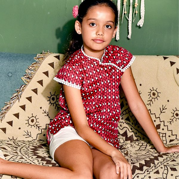 Blouse inspiration asiatique en coton rouge graphique et col Mao bordé de dentelle style pompons blancs pour filles de 2 à 12 ans