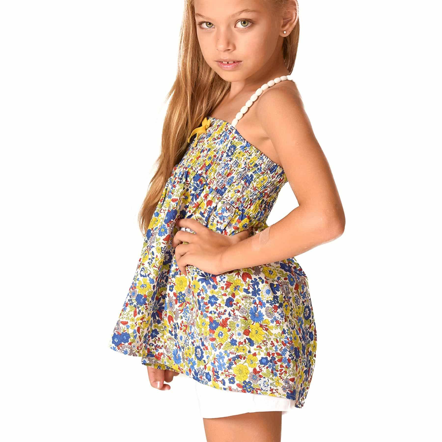 Haut été en coton fleuri liberty bleu roi et jaune avec poitrine à smocks et bretelles en pompons blancs pour filles de 2 à 12 ans