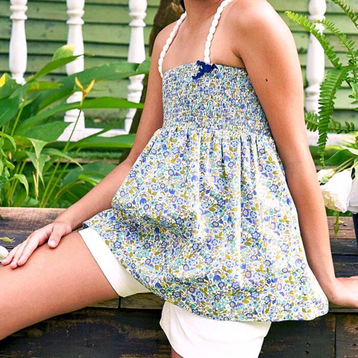 Haut été en coton fleuri liberty bleu, vert et jaune avec poitrine à smocks et bretelles en pompons blancs pour filles de 2 à 12 ans
