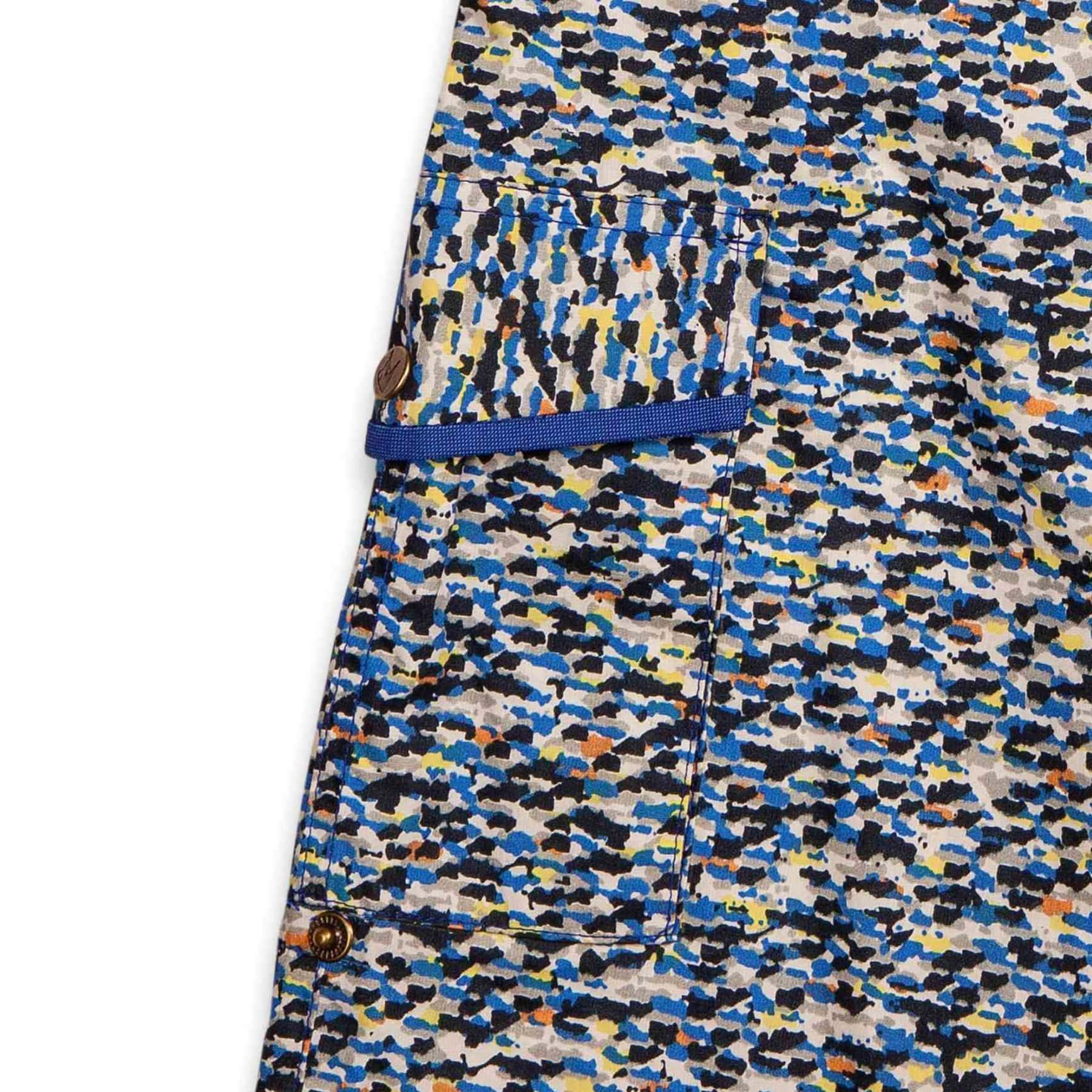 Short long bermuda pour la plage en coton imprimé bleu tacheté multicolore à la taille élastique et poches cargo, mode garçon de 2 à 14 ans de la marque créateur pour enfant La Faute à Voltaire