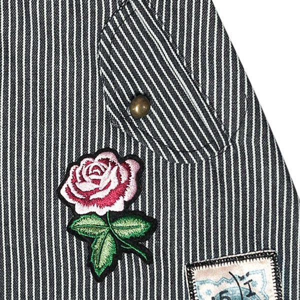 Jupe en jean courte pour fille en coton denim à rayures bleu et beige avec écusson fleur rose de la marque de mode pour enfant LA FAUTE A VOLTAIRE