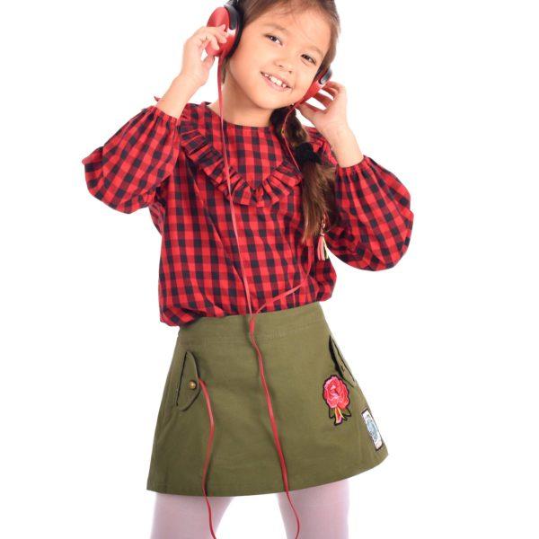 Jupe courte en coton denim kaki pour filles avec écusson fleur rose sur le devant et petite poches sur les cotés, taille ajustable. Marque de mode pour enfant LA FAUTE A VOLTAIRE