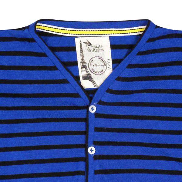 tee-shirt en coton jersey à rayures bleu roi et bleu marine, à manches longues, col V et petits boutons blancs. Création de la marque de mode pour enfant en commerce équitable LA FAUTE A VOLTAIRE