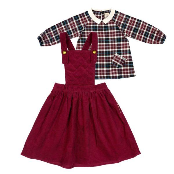Set cadeau pour filles de 2 à 14 ans avec robe salopette matelassée en velours bordeaux prune et blouse col Claudine en tartan prune et bleu. De la marque créateur française en commerce équitable LA FAUTE A VOLTAIRE