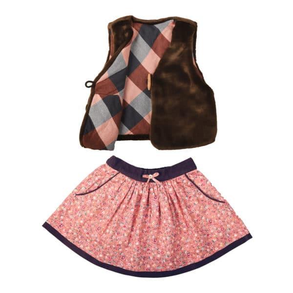 Set cadeau pour filles de 2 à 14 ans avec jupe en coton fleuri liberty rose abricot bordée de velours marron, et un gilet de berger en imitation fausse fourrure marron avec doublure coton à carreaux. De la marque de mode pour enfants LA FAUTE A VOLTAIRE