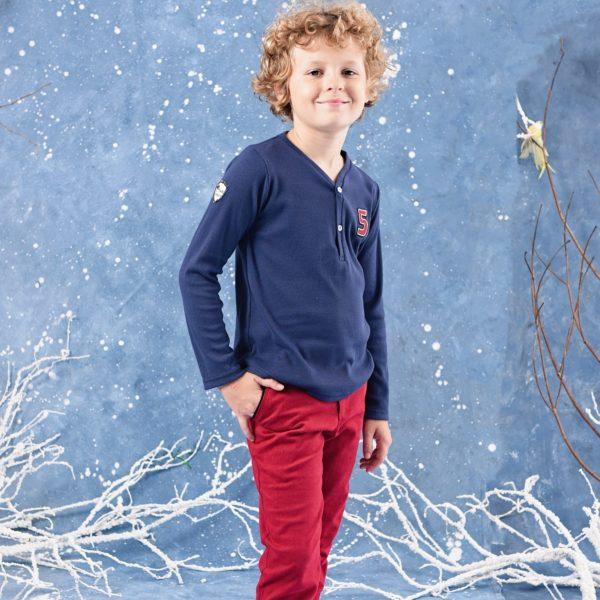 Ensemble 2 pièces pour garçon composé d'un tee-shirt manches longues bleu marine et d'un pantalon en coton rouge. De la marque créateur française en commerce équitable LA FAUTE A VOLTAIRE