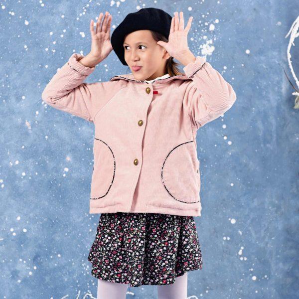 Veste courte à col marin en velours rose pâle avec poches et biais en coton fleuri noir et rose. LA FAUTE A VOLTAIRE, marque de vêtement enfant en commerce équitable